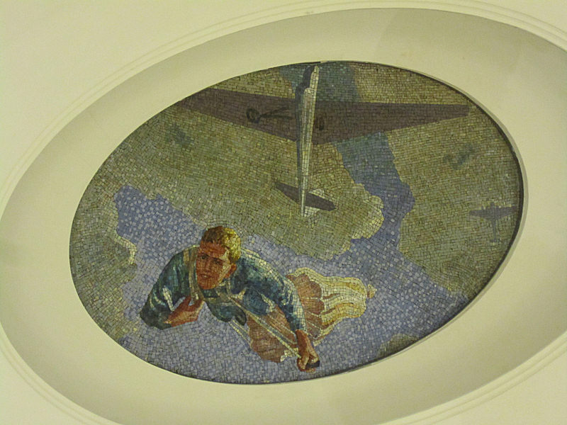 09_Mosaic_in_ceiling_of_yet_another_subway_in_Moscow.jpg